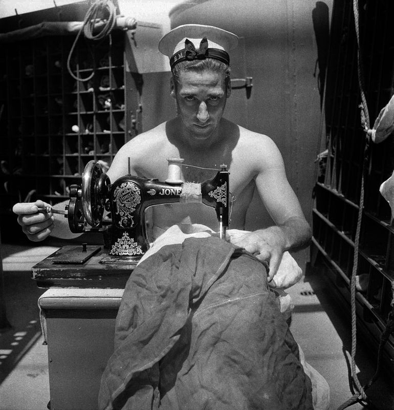 Cecil Beaton, collections de l'Imperial War Museum . Marin du HMS  Alcantara  recousant un pavillon, mars 1942(CBM 1049)