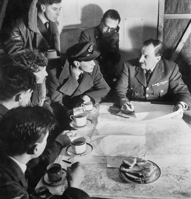 debriefing d'une escadrille de la RAF après une attaque nocturne sur l'Allemagne, 1941 (D 4750)