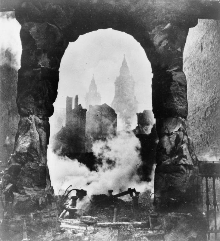 Saint Paul en ruines vu de la devanture d'une boutique victorienne, Londres, 1940.