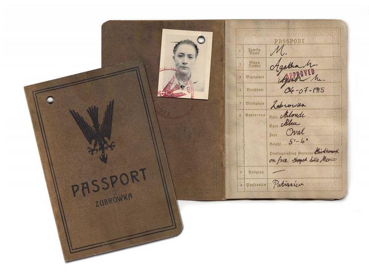 Un passeport de la République, frappé de son emblème, l'aigle en chasse : un pays aux frontières toujours menacées.