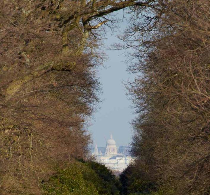 La cathédrale Saint Paul, telle qu'elle doit apparaître selon le plan urbain, depuis le King Henry's Mound, point le plus haut du parc de Richmond, situé à  trois heures de marche .