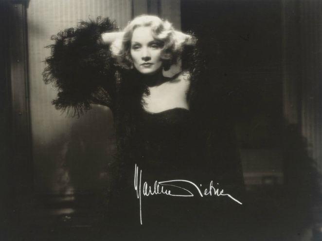 Marlene Dietrich en Shanghai Lily dans  Shanghai Express  de Joseph von Sternberg. Dédicace à l'encre blanche. Coll. part.