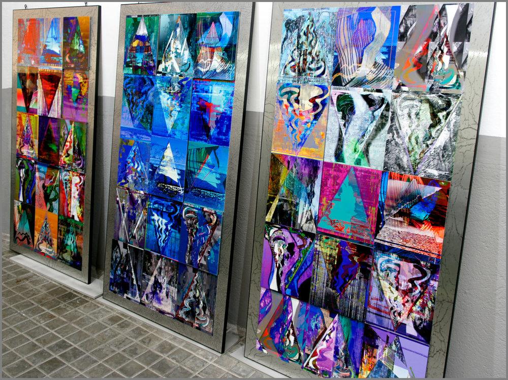 Paneles de mosaico compuestos por obras de la serie  Triangulación , de izquierda a derecha: Tierra ,  Agua  y  Caos .