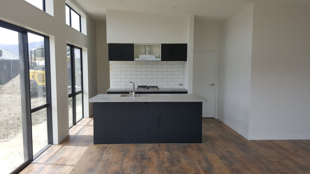 Queenstown Kitchen in black