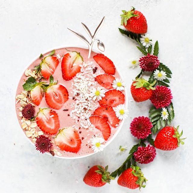 A gente sabe que o objetivo principal de comer é nos manter vivos, o que parece ser muito simples, mas a comida também tem a função social de conectar pessoas, de alimentar os olhos e outros sentidos, e de proporcionar prazer.  Mas o principal complicador é o poder da comida de transformar o nosso corpo e saúde. Se comemos certos alimentos temos mais saúde do que quando comemos outros. Se comemos demais engordamos e se comemos de menos emagrecemos.  Esse poder da comida de transformar o nosso corpo é o que pode tornar a nossa relação com ela complicada, mas será que tem uma maneira certa de comer, uma regra que devemos seguir para viver em harmonia com nossos pratos? O post de hoje no #brigadeirodealface é sobre isso. Tem link na bio!