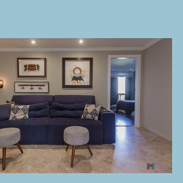 Num apartamento grande, uma área de convivência ligada ao coração da casa - a cozinha - aproxima a família e acomoda o movimento diário de uma forma mais aconchegante.⠀ •⠀ Caderno de referências ⠀ •⠀ #arquiteturadeinteriores #empreendimentosresidenciais #fotododia #photooftheday #urbano #justnow  #instagood  #instadaily  #cute #architecture #design #awesome #projetocriativo #projetodeinteriores #marcenaria #planejados #moveis #mmais1arquitetura #detalhesdecorativos  #decor #interiores #decoração #arquitetura #interiordesign #apartamentodecorado #soluçõesinteligentes #amosalas