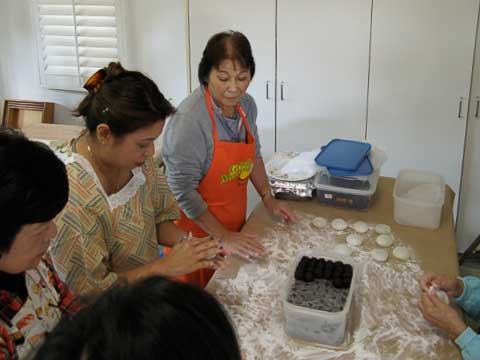 Making an mochi (with sweet beans inside)