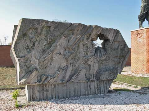 "The ""Buda Volunteers Regiment Memorial"" has been plundered. It used to have a red star and figures in the other spaces."