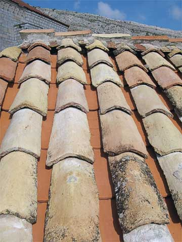 Dubrovnik got hit many times in 1991′s war. While many roofs sport new tiles, several reused old tiles on the top, but put new tiles underneath.
