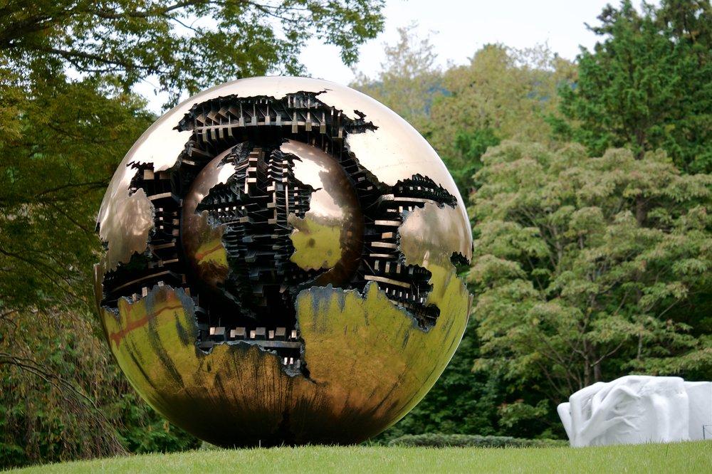 Sfera con sfera (Arnaldo Pomodoro)