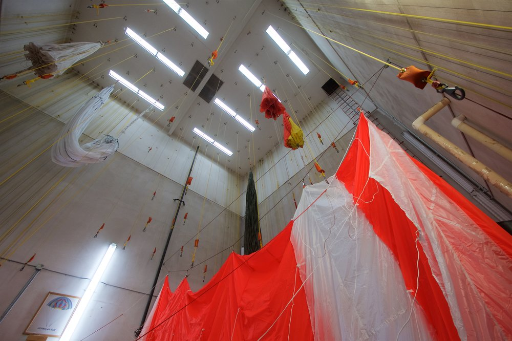 Parachute drying tower