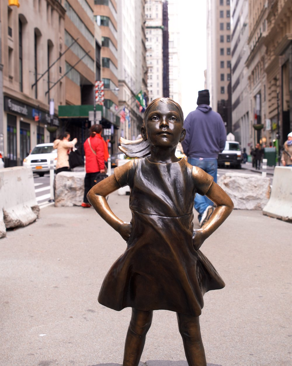 The fraction of a second where no one was standing next to Fearless Girl