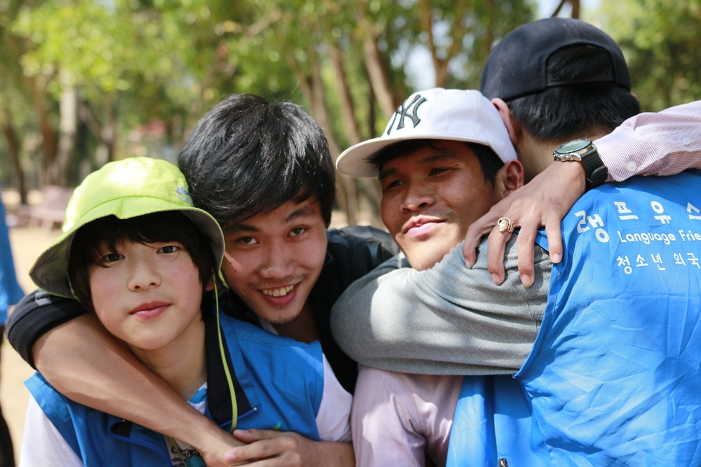Teamwork! Cambodian PUC University Team and Language Friends Youth partnered to work with Kok Chan students.  팀봉사활동 : 쿡찬 초등학교 학생들을 위한 PUC 캄보디아 대학생 봉사단과 랭프유스제주 외국어교육 봉사단 팀활동