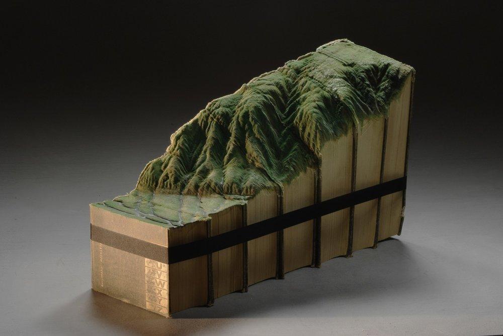 © 2012 Guy Laramée,El amor por las montañas nos curara. Carved Litré dictionary, inks. 43 x 14 x 27cm (15 x7 x11 inches)