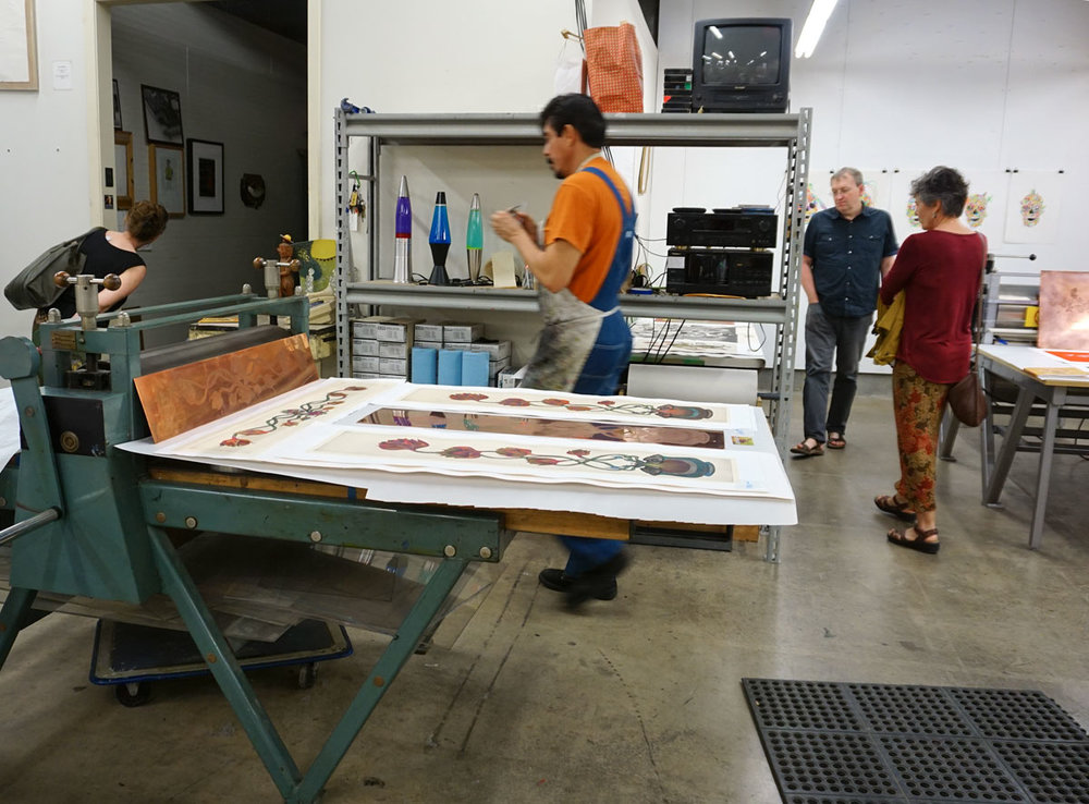 © 2017 Louise Levergneux, Alfonso Huerta, Painter and Printmaker, was giving a demonstration of his printmaking abilities.