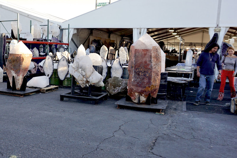© 2018 Louise Levergneux. Tucson Gem Show, look at the sizes of these gems! /  Le Salon de pierres précieuses à Tucson, regardez les tailles des pierres précieuses !