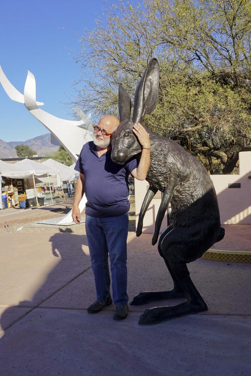 © 2018 Louise Levergneux. Michael making friends at the Art Festival in Tubac, Arizona. /  Michael en train de se faire un ami au festival d'art à Tubac, Arizona.
