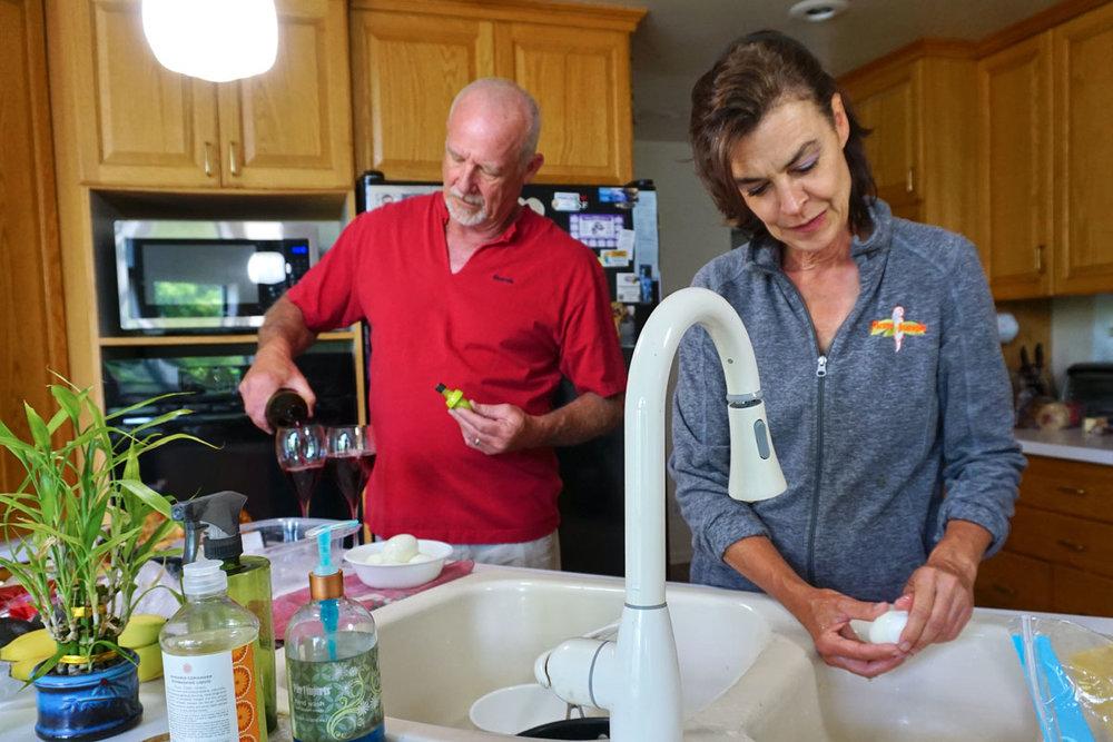 © 2018 Louise Levergneux. Marty and Linda preparing our supper. /  Marty et Linda qui préparent notre repas.