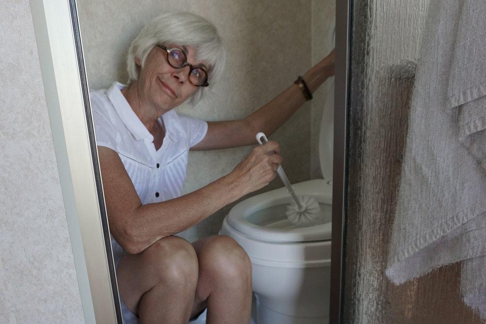 © 2018 Michael Sutton. Louise posing for toilet video. /  Louise qui pose pour la vidéo de toilette.