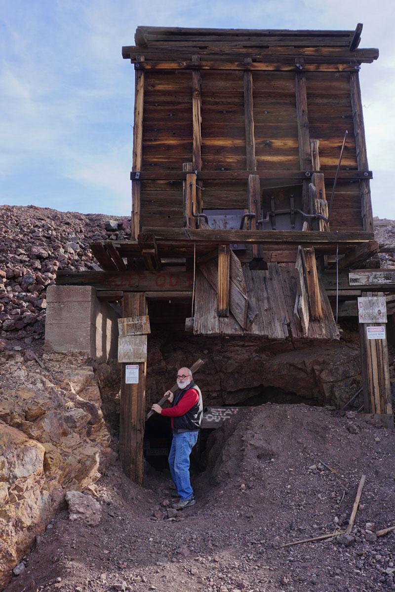 © 2018 Louise Levergneux. Jeep tour with Mary and Rex, Michael at a disused mine in the Sonoran Desert, Arizona. /  Un tour de jeep avec Mary et Rex, Michael près d'une mine désaffectée dans le Désert de Sonora en Arizona.