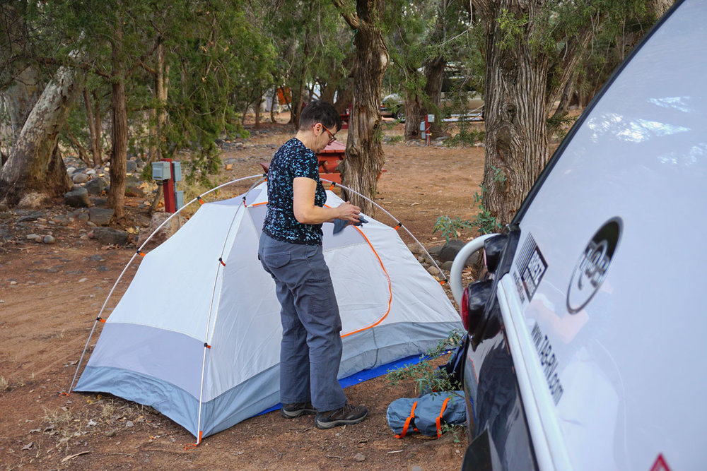 © 2018 Louise Levergneux. Flavie pitches her tent at Lo-Lo-Mai Springs Campground / Flavie plante sa tente au camping Lo-Lo-Mai Springs