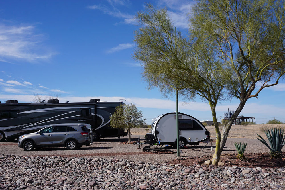 © 2018 Louise Levergneux. KOA Campground in Gila Bend, Arizona, some people naturally have bigger rigs! / Le camping KOA à Gila Bend en Arizona, certaines personnes ont des caravanes plus grandes!