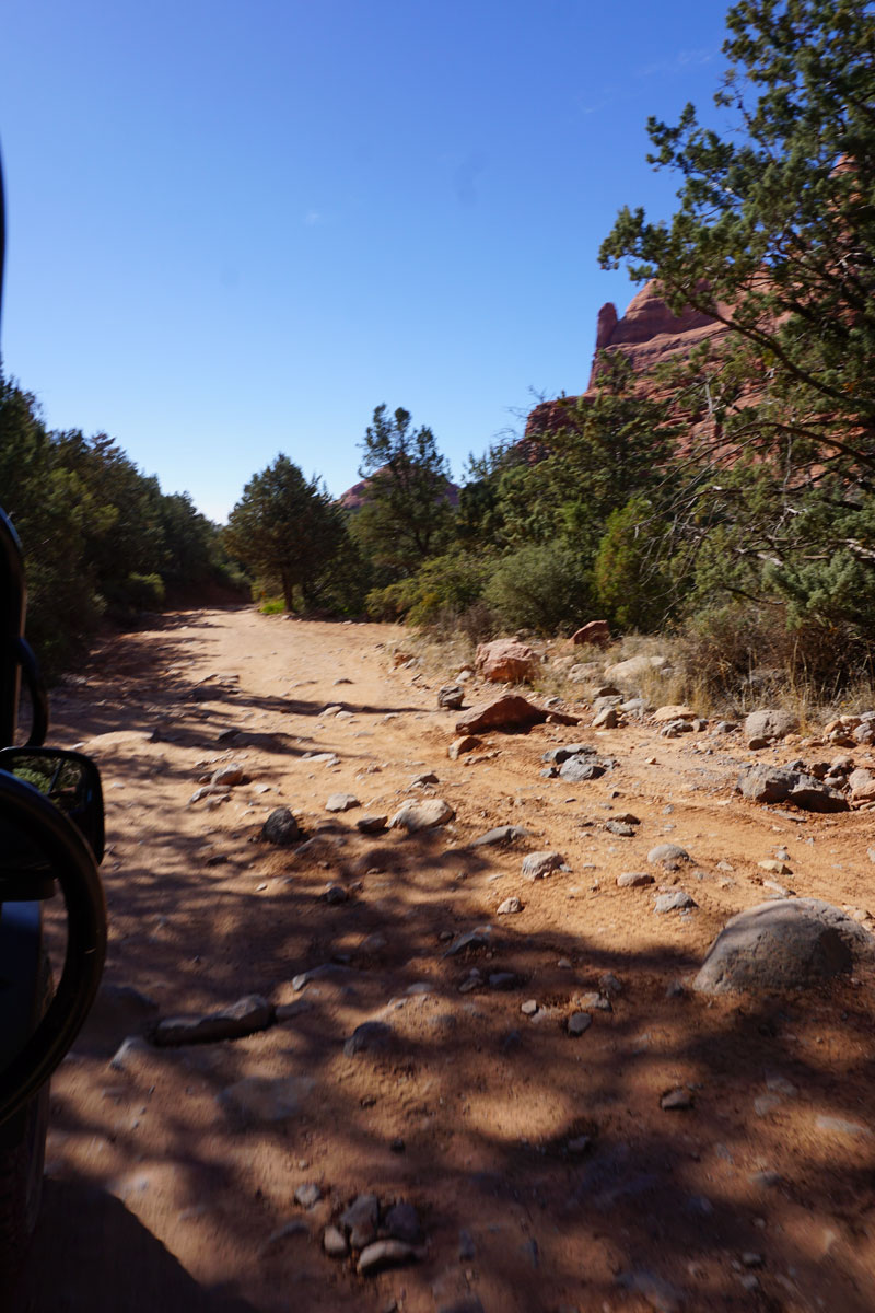 © 2018 Louise Levergneux. Mogollon Rim Run road in Sedona, yes, the photo is fuzzy, we also lost our kidneys! / La route du Mogollon Rim Run à Sedona, oui, la photo est floue, nous avons aussi perdu nos reins!
