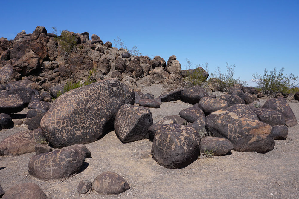 © 2018 Louise Levergneux. The Painted Rock Petroglyphs Site comprise a collection of hundreds of ancient petroglyphs near the town of Theba, Arizona / Le site de pétroglyphes de Painted Rock comprend une collection de centaines de pétroglyphes antiques près de la ville de Theba en Arizona