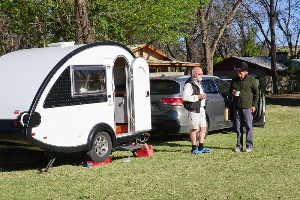 © 2018 Louise Levergneux. Michael shares with AG, a boondocker and rancher in Camp Verde, Arizona /  Michael partage avec AG, un boondocker et propriétaire d'un ranch à Camp Verde en Arizona