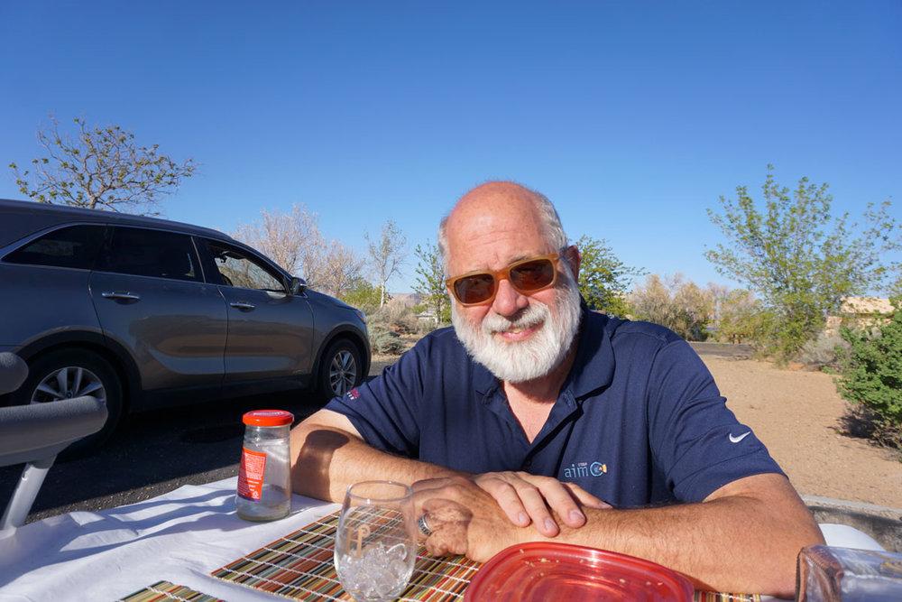 © 2018 Louise Levergneux. We enjoy the weather, the sun, olives, bread, and wine at Page Lake Powell Campground /  Nous jouissons de la température, du soleil, des olives, du pain, et du vin au camping Page Lake Powell