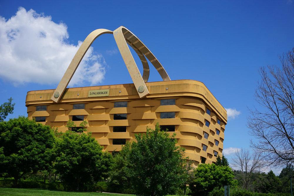 © 2018 Louise Levergneux. The Longaberger Company (an American manufacturer and distributor of handcrafted maple wood baskets) building in Newark, Ohio /  L'édifice de la société Longaberger (un fabricant et distributeur américain de paniers en bois d'érable fabriqués à la main) à Newark en Ohio