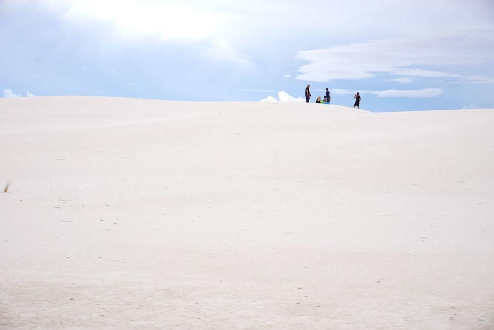 © 2018 Louise Levergneux. People enjoying the sparkling gypsum dunes / Des gens qui jouissent des dunes de sable de gypse scintillant