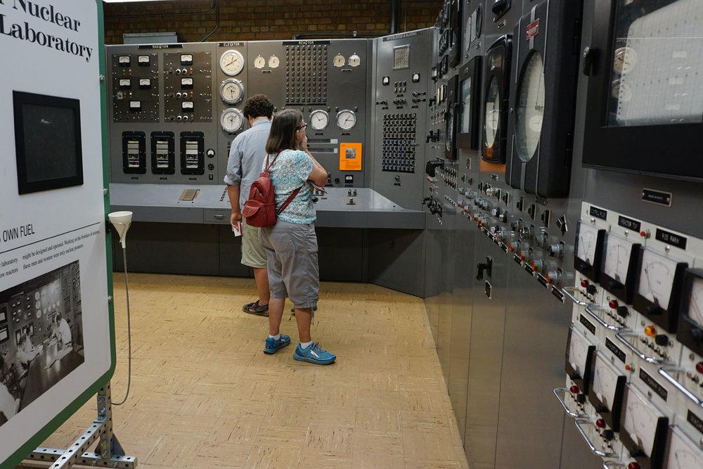 © 2018 Louise Levergneux. Dale explores the National Historic Landmark, Experimental Breeder Reactor I, in southeast of Arco, Idaho. /  Dale explore le monument historique national, le réacteur surrégénérateur expérimental I au sud-est d'Arco, dans l'Idaho.