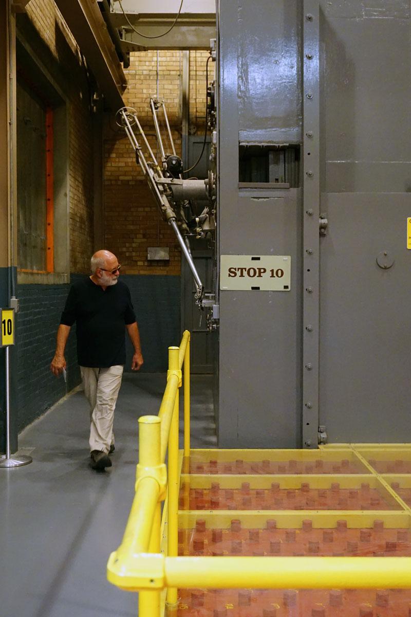 © 2018 Louise Levergneux. Michael explores the fuel rod storage at the EBR-I, and wonders where stop 1 through 9 went! /  Michael explore la grille où étaient stockés les crayons de combustible usés au EBR-I, et se demande où les stop 1 à 9 sont allées.