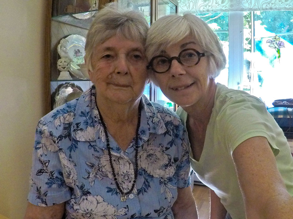 © 2018 Louise Levergneux. My wonderful mom and I at her apartement. /  Ma belle maman et moi à son logement.