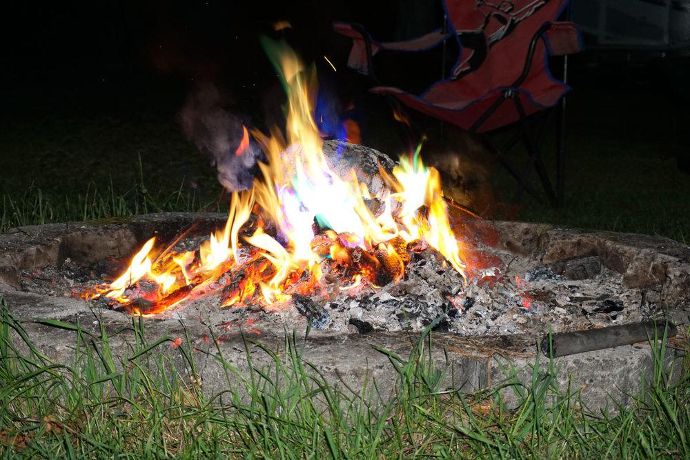 © 2018 Louise Levergneux. One of the pleasant campfires at Denis and Adèle's cottage. /  Un beau feu de camp au chalet de Denis et Adèle.