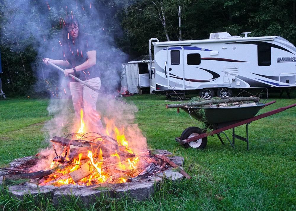© 2018 Louise Levergneux. Adèle keeps us warm with a campfire in the cool evenings. /  Adèle nous garde au chaud avec un feu de camp dans les soirées fraîches.