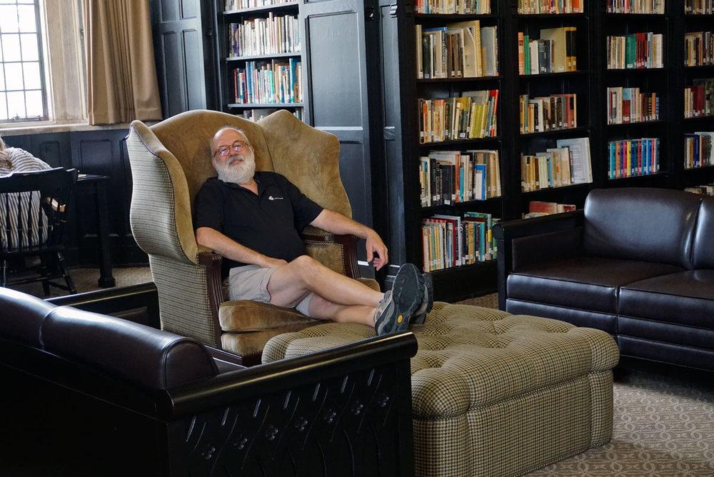 © 2018 Louise Levergneux. Michael resting in a library study room while waiting eagerly for my successful meeting at the University of Tulsa Library to end. /  Michael se repose dans une salle d'études en attendant avec patience que ma réunion se termine à la bibliothèque de l'Université de Tulsa.