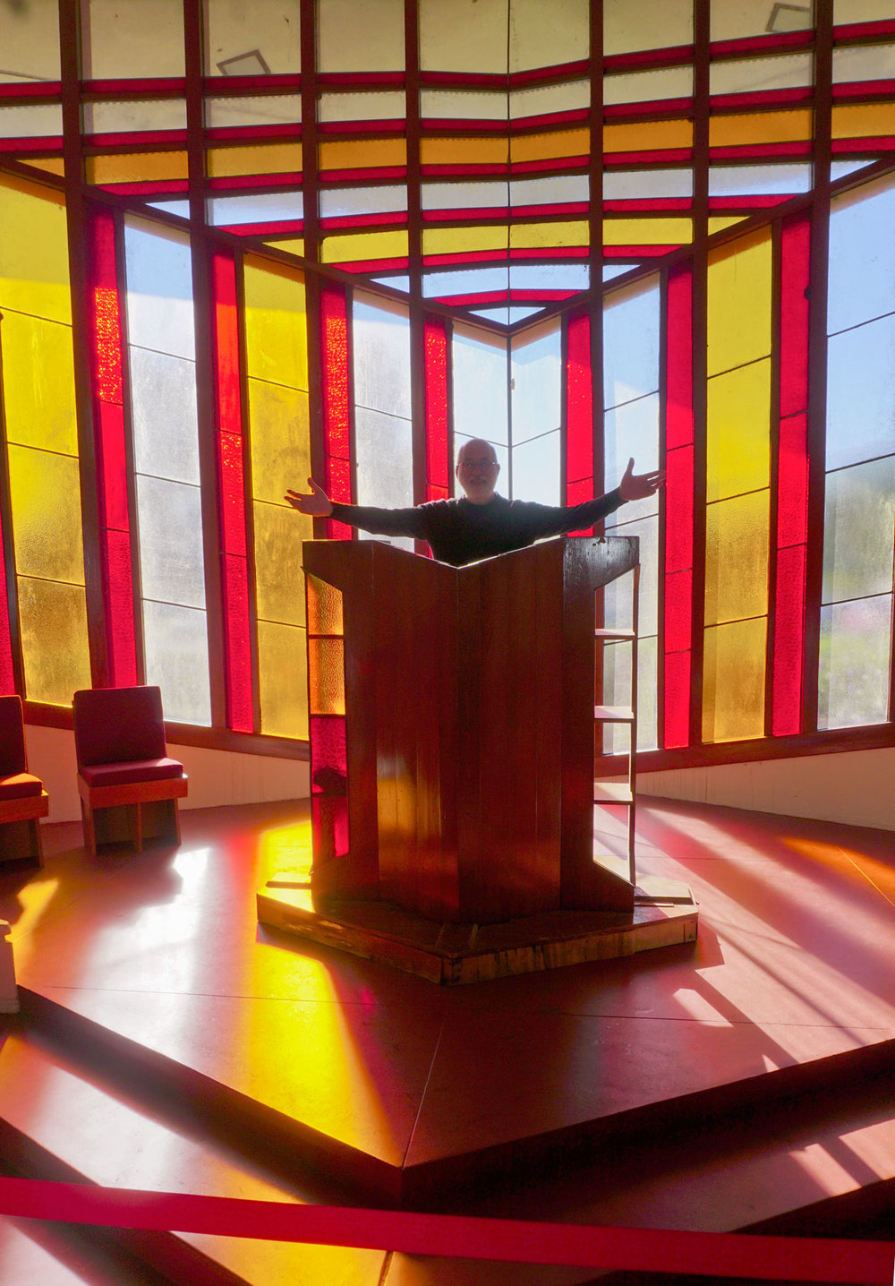 © 2019 Louise Levergneux. Michael remembering his roots at Frank Lloyd Wright's William H Danforth Chapel at the Florida Southern College in Lakeland. /  Michael se souvient de ses racines à la chapelle William H Danforth de Frank Lloyd Wright au Florida Southern College à Lakeland.