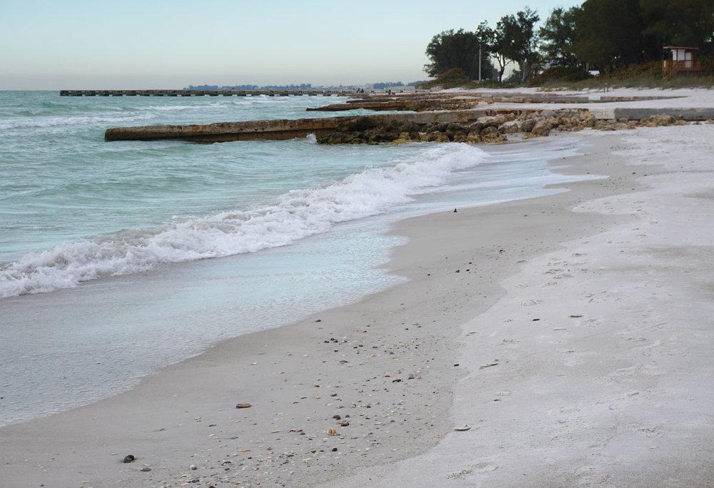 © 2019 Louise Levergneux. Coquina Beach. /  La plage Coquina.