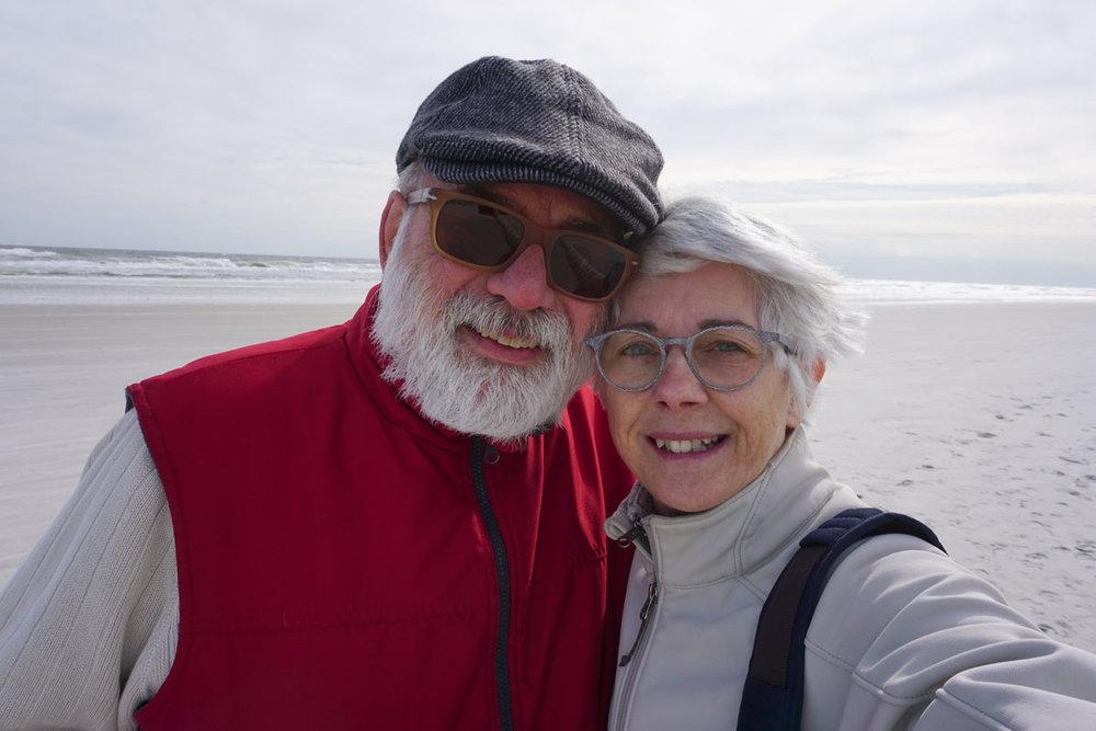 © 2019 Louise Levergneux. Shivering from the wind and sea breeze on Crescent Beach. /  Frissonnant du vent et de la brise de mer sur Crescent Beach.