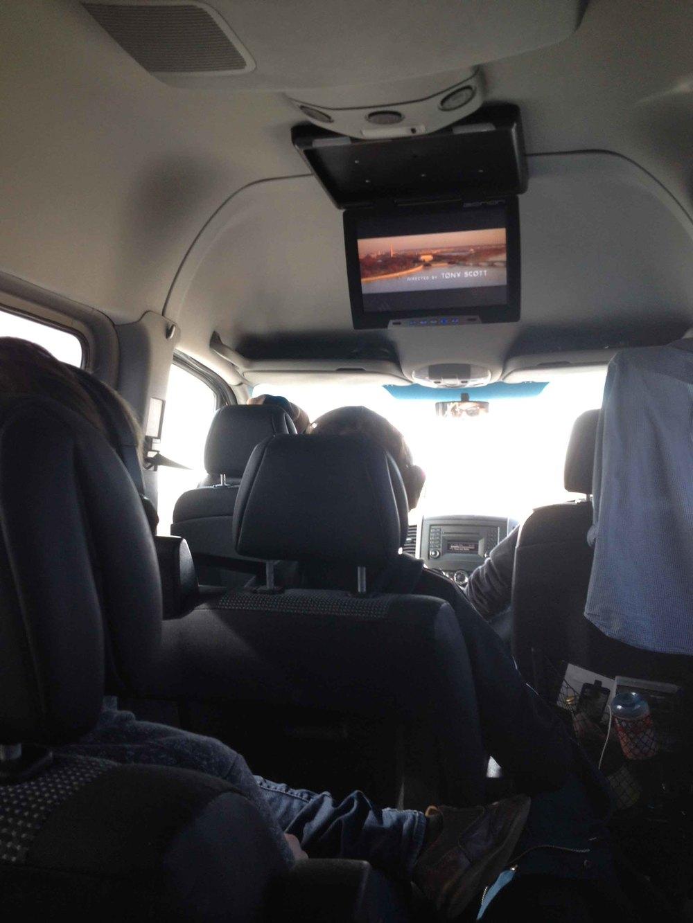 Im Tourbus nach Wien. Mit eingebautem Fernseher und Playstation kann man es hier wohl aushalten.