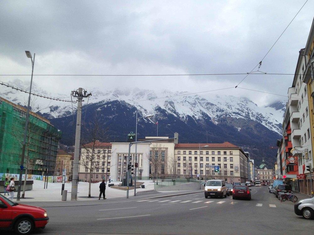 Innsbruck. Hier sind immer mit Schnee bedeckte Berge zu sehen.
