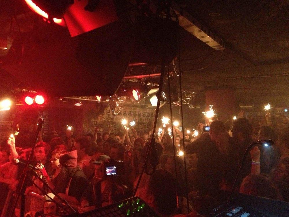 """Abschluss und Höhepunkt der Tour war das Konzert im Kellerklub in Stuttgart, bei dem die Filmfabrik auch ein Live Musikvideo zu """"Hallo"""" gedreht hat. Heimspiel für Heisskalt und für uns."""