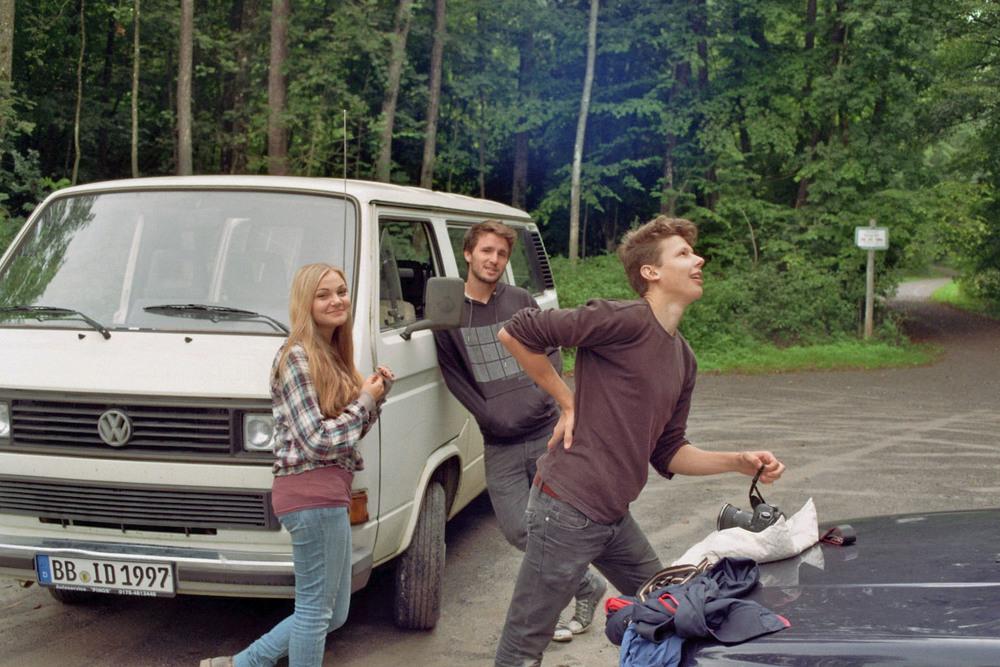 Das Team beim Dreh des Musikvideos. Lucie Weber, der Fahrer des Kameraautos Malte Baumann und Josua Stäbler.