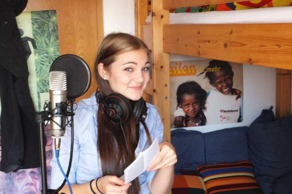 Lucie Weber beim Einsingen der Vocals.