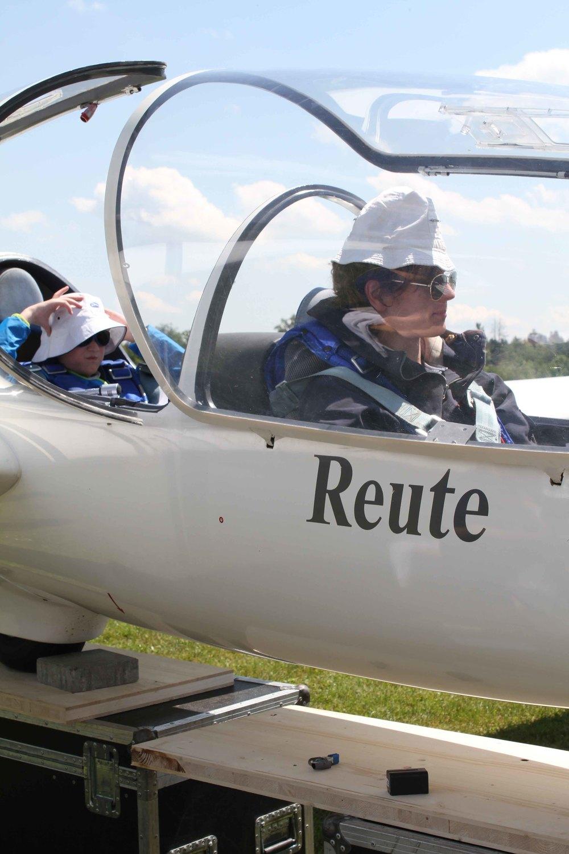 Silas Eggebrecht und Raúl Semmler warten auf die nächste Klappe. Für Sonnenschutz ist gesorgt.