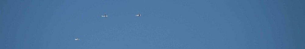 Kameraflugzeug, Segelflieger und Schleppmaschine sind in der Luft.