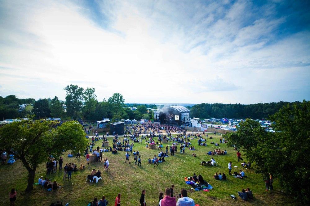 Die Festivalbesucher strömen zur Stage.