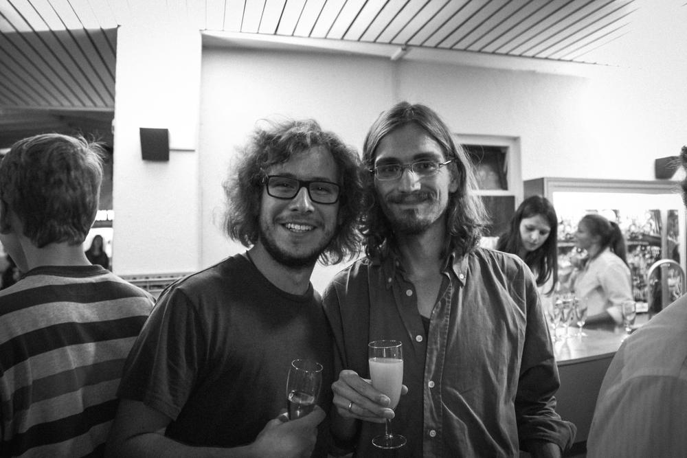 Auf den Erfolg stoßen wir erst mal an! Lucas und Raúl freuen sich!